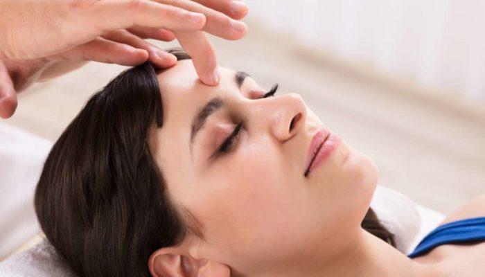 Точечная боль в голове слева или справа: причины и лечение
