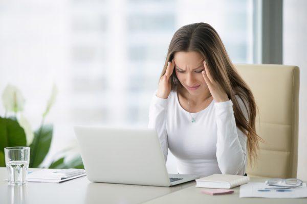 Покалывания возникают при длительном напряжении мышц глаза во время работы за компьютером