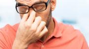 Почему болит голова от очков: причины и лечение
